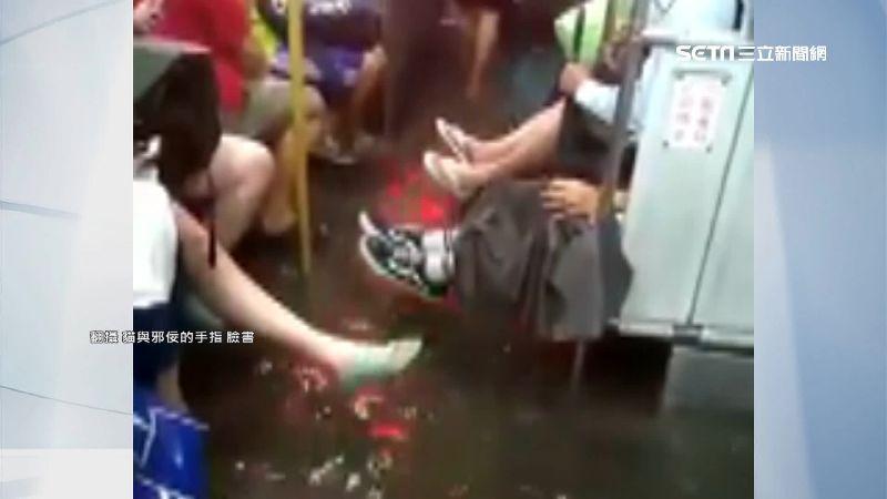 韓國瑜零災害大破功!公車淹水現抬腳奇景 機車只見龍頭