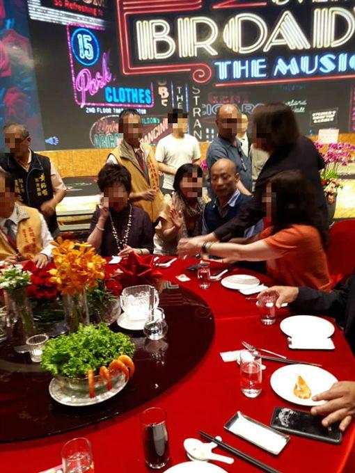 韓國瑜參加高雄市餐飲職業工會的「2019高雄市餐飲廚藝展」圖翻攝自林后可可園臉書