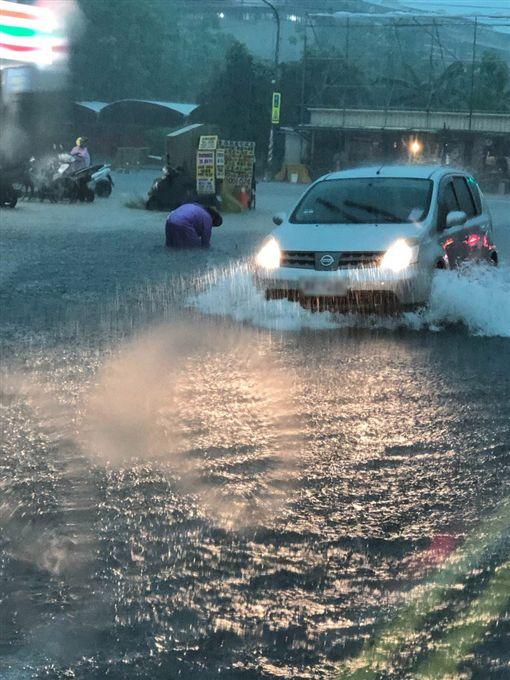 氣象局統計,高屏地區19日累積雨量都超過200毫米,預估晚間到20日清晨中南部地區仍易有局部短時強降雨,有大雨或豪雨機率。圖為高雄市午後大雨造成多處發生積淹水情形。