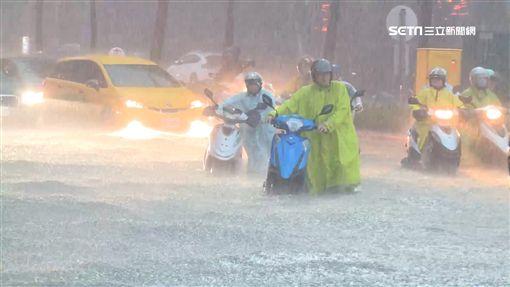 淹水災情慘 韓國瑜赴餐會與粉絲同歡合照