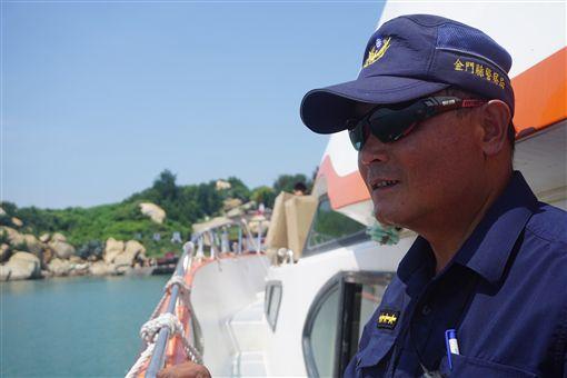 金門縣大二膽派出所最近揭牌,巡佐潘明祥說,每天抱持觀光的心態上島執勤,日子過得比以前快樂,希望能在大膽島上做到退休。