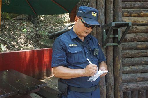 金門縣大二膽派出所最近揭牌,自去年7月大膽島試營運就上島的巡佐潘明祥(圖)駐點將滿一年。他說,每天抱持觀光心情上島工作很開心,希望能在島上做到退休。