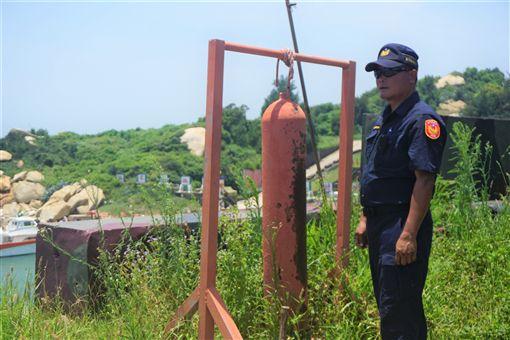 金門大膽島上駐軍每逢有船入港,就會敲鐘警示。島上派出所執勤員警潘明祥(圖)說,每天抱持觀光心情工作,樂在其中,不會「當一天和尚敲一天鐘」。