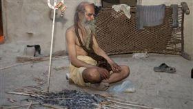 印度,世界最臭男子,算命,兒子,火浴。(圖/翻攝自每日頭條)