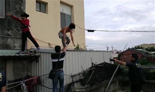 移民署台南市專勤隊日前赴彰化突襲一座老舊房舍,查獲14名印尼籍非法移工,當下為躲避查緝,有涉案移工還企圖跳窗逃逸,仍難逃法網。
