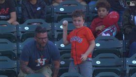 ▲爸爸撿到全壘打球被兒子丟回去。(圖/翻攝自MLB官網)