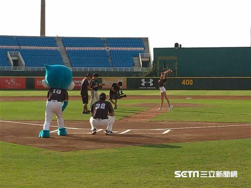 ▲樂天巨人啦啦隊安芝儇開球,王溢正擔任接球捕手。(圖/記者蕭保祥攝影)