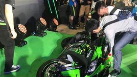 88.8萬Kawasaki新車「重機展舞台原地轉倒」網笑:最速賀成交(圖/翻攝自MotoGP Taiwan Fan Club臉書)