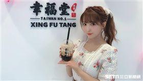 三上悠亞受邀擔任台灣珍珠奶茶品牌一日店長。(圖/三上悠亞提供)