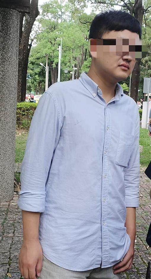 台中市李姓女Coser抓到1名持針孔偷拍裙底的男子(翻攝臉書社團)