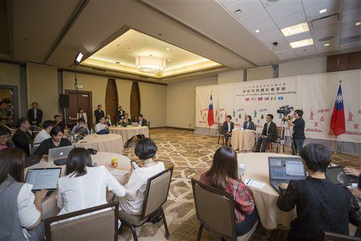 總統蔡英文在台灣時間21日上午在美國丹佛與隨行記者茶敘。(圖/總統府提供)