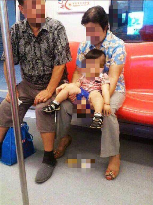 中國人,孩童,便溺,尿尿,垃圾桶,大便(圖/翻攝自推特)