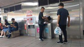 台北捷運,捷運站,女童,便溺,尿尿,垃圾桶(圖/翻攝自爆料公社二社)