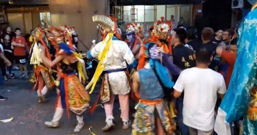 台北市中正區遶境活動爆發衝突,警衝進人群噴辣椒水解圍(翻攝畫面)