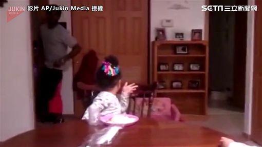 ▲爸爸氣到逃離現場,準備躲回房間。(圖/AP/Jukin Media 授權)