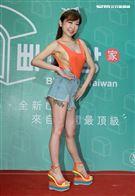網紅女模辣媽T妹展現火辣身材,側面完全沒遮住露出南北半球性感程度破表。(記者邱榮吉/攝影)