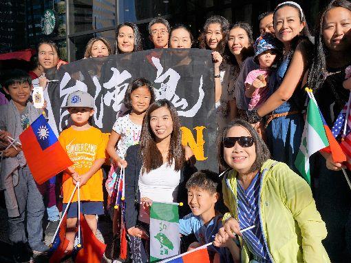 丹佛僑胞歡送蔡總統(1)總統蔡英文在美國丹佛當地時間21日結束過境行程並搭機飛回台灣,飯店外有近百名僑胞歡送。中央社記者林宏翰丹佛攝108年7月22日
