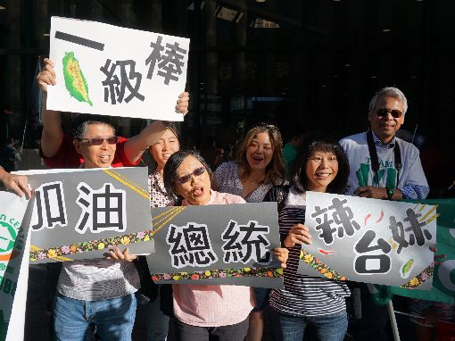 丹佛僑胞歡送蔡總統(3)總統蔡英文在美國丹佛當地時間21日結束過境行程並搭機飛回台灣,飯店外有近百名僑胞歡送。中央社記者林宏翰丹佛攝  108年7月22日