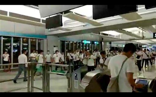 反送中/白衣人無差別攻擊遊行民眾!港議員、記者臉濺血圖翻攝自立場新聞臉書