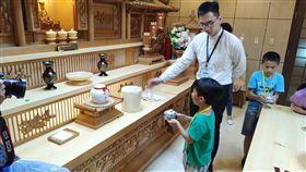 30名小學生今天參加殯葬業者的「小小生命體驗營」,小學生透過各種活動了解生命培育和死亡終所,並體驗奉茶儀式體驗為長輩敬奉茶品的孝心。(龍巖提供)