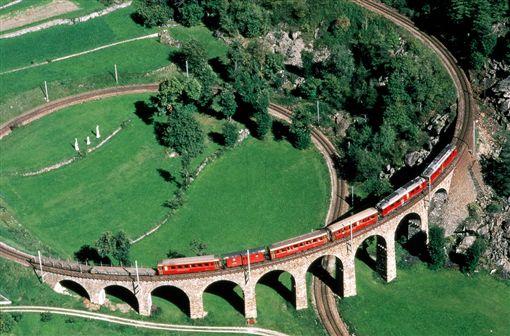 ▲伯連納列車將會經過360度的鐵道(圖/瑞士旅遊局)