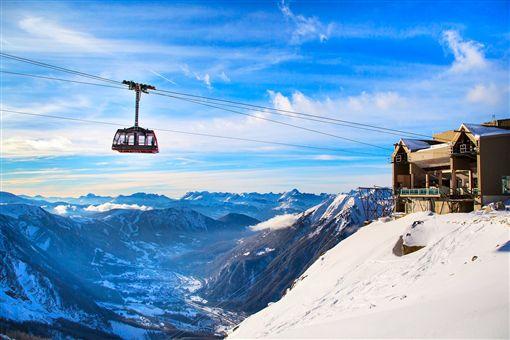 ▲乘坐纜車,從空中俯瞰瑞士名山。(圖/shutterstock.com)