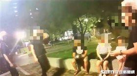 台北市謝男等9人在永盛公園聚集,警方率隊前往現場盤查,謝男作勢攻擊警員反遭壓制(翻攝畫面)