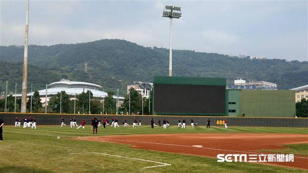 天母棒球場將改用人工草皮。(資料照/記者王怡翔攝影)