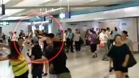 反送中/孕婦為「護老公」遭白衣人暴打 殘忍影片曝光!(圖/翻攝自香港突發事故報料區臉書)