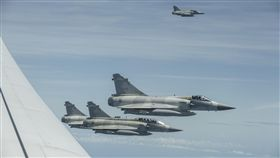 蔡英文總統22日結束出訪返抵國門,我國空軍第2聯隊派出4架次幻象2000戰機前來接機伴飛。(圖/總統府提供)