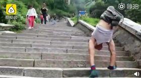 二頭肌神壯!先天無腿男倒立爬泰山 11公里歷時10小時(圖/翻攝自梨視頻微博)