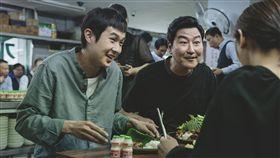 南韓電影「寄生上流」在台灣上映第4週,全台票房突破9500萬,南韓觀影人次也突破1000萬大關,導演奉俊昊感性答謝台灣與南韓觀眾。(CATCHPLAY提供)