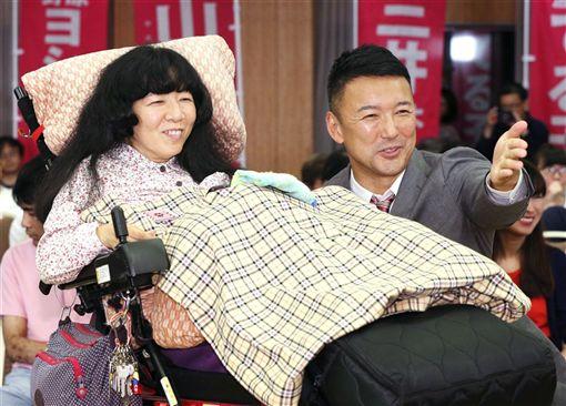 腦性麻痺患者木村英子(左)當選國會議員,社運界人士讚揚叫好。(共同社提供)