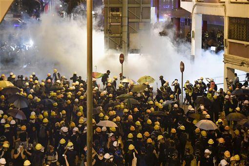 香港反送中民眾21日再度上街遊行,警方接近深夜時發射催淚彈及橡膠子彈驅散示威者。