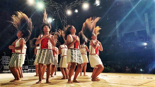 大陸近年來不斷打壓台灣在國際上的地位,但台東蘭嶼的椰油國小仍堅持台灣的主權!椰油國小的學生日前到波蘭參加活動,沒想到大會竟準備「五星旗」,不過師生們都拒拿五星旗,特地拿中華民國的國旗站上國際舞台。 (圖/翻攝自小飛魚文化展演隊臉書)