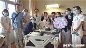 罹患全身紅斑性狼瘡的41歲小如在經歷33次離心式血漿置換的搶救治療後,終於平安出院。(圖/台北慈濟醫院提供)