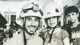 為多家新聞社供稿的23歲敘利亞青年狄亞布(左),日前在記錄俄羅斯空襲敘國城鎮現場時不幸喪生。(圖取自twitter.com/AsaadHannaa)