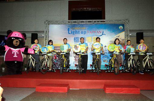 ▲交通部長林佳龍為極點慢旅活動啟動。(圖/中華民國自行車騎士協會提供)