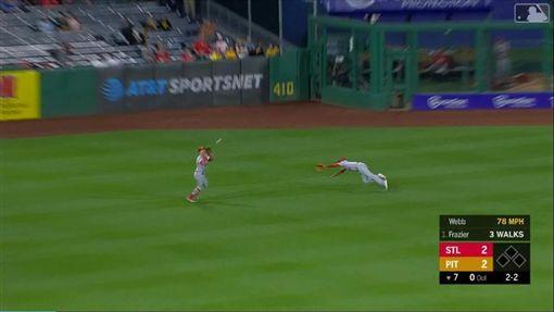 ▲紅雀中外野手飛撲,球卻進了左外野手手套。(圖/翻攝自MLB官網)