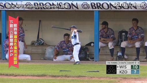 ▲被驅逐出場的Drake拿出兩支球棒,生氣地往地上摔。(圖/AP/Kalamazoo Growlers 授權)