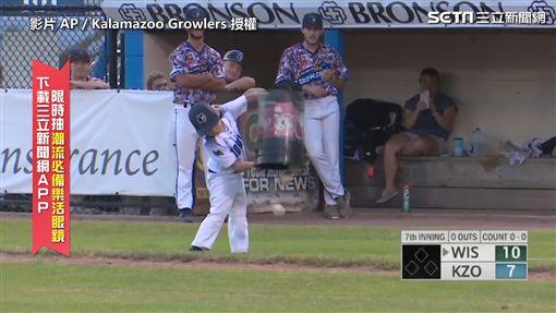 ▲Drake馬上又搬出一桶棒球,全部倒在球場上。(圖/AP/Kalamazoo Growlers 授權)