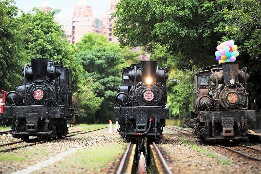 嘉義3輛百年蒸汽火車同框(1)原停放在嘉義竹崎的SL-32(左起)及車庫園區的SL-25蒸汽火車,23日在北門車站並列,迎接歷史最久的SL-21蒸汽火車,3輛國寶級蒸汽火車加起來316歲,首度同框。(阿里山林鐵文資處提供)中央社記者江俊亮傳真 108年7月23日