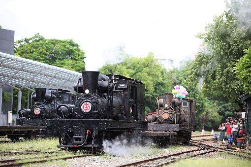 嘉義3輛百年蒸汽火車同框(2)有百餘年歷史的阿里山森林鐵路編號SL-21蒸汽小火車(右)23日從嘉義公園運至北門車站,與另兩輛百年蒸汽火車同框,吸引大批民眾爭相拍照、保存珍貴畫面。(阿里山林鐵文資處提供)中央社記者江俊亮傳真 108年7月23日