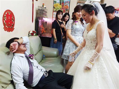女兒出嫁拜別!硬派父掩面淚崩 這張照片逼哭3萬人爆廢公社臉書