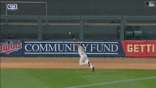 ▲希克斯(Aaron Hicks)超狂撲接拯救洋基。(圖/翻攝自MLB官網)