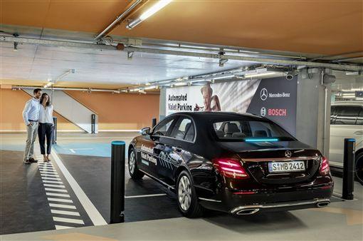 ▲Mercedes-Benz博物館中測試自動停車系統。(圖/翻攝網站)