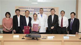 長庚醫院與檳城南華醫院簽署合作備忘錄。(左3)南華醫院董事代表拿督陳有湯、(左4)長庚醫院行政中心蘇輝成副總執行長