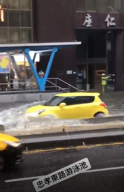 ▲涉水而過的Suzuki Swift。(圖/翻攝網路)