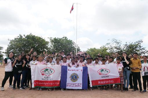 家扶率馬祖青少年赴柬埔寨 相互交流增見聞馬祖家扶中心今年暑假帶領11名馬祖青少年在前往柬埔寨進行國際志工服務,期間不僅馬祖青少年帶給柬埔寨兒童不同生活方式,柬埔寨兒童同樣帶給馬祖青少年對於不同國家、文化生活背景的認識,彼此間相互交流與學習。(馬祖家扶提供)中央社 108年7月24日