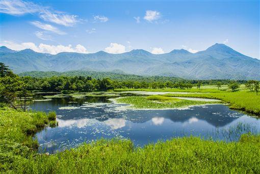 ▲知床五湖中的一湖倒映出連綿山景(圖/shutterstock.com)